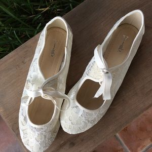 Y not? Ivory lace flats size 10M